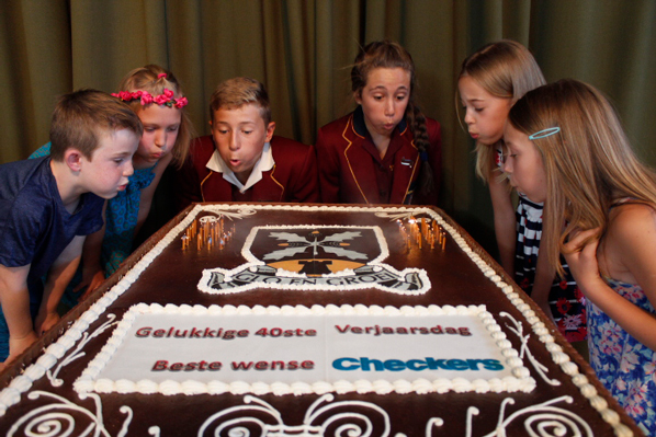 Shoprite Holdings Metre Wide Cake 830 Cupcakes For Eikestad